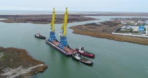 Holować żurawie dla zbiorników Wielki zbiornika statek ciągnący tugboats Wierzchołka puszka widok z lotu ptaka Zbiornika ładunku  zdjęcie wideo