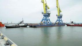 Holować żurawie dla zbiornika timelapse Tugboat pomaga zbiornika naczynie odjazd po uzupełniającego ładowania przy zbiory