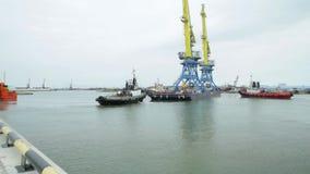 Holować żurawie dla zbiornika timelapse Tugboat pomaga zbiornika naczynie odjazd po uzupełniającego ładowania przy zdjęcie wideo