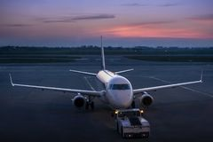 Holować cywilny samolot biznesowy lotnictwo w zmierzchach obraz stock