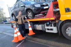 Holownicza ciężarówka bierze daleko od łamającego samochód fotografia stock