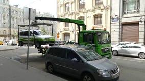 Holownicza ciężarówka bierze samochodowego Russia zdjęcie wideo