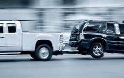 Holownicza ciężarówka dostarcza uszkadzającego pojazd fotografia stock