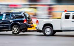Holownicza ciężarówka dostarcza uszkadzającego pojazd zdjęcia stock