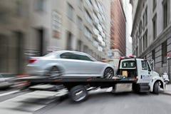 Holownicza ciężarówka dostarcza uszkadzającego pojazd obraz royalty free