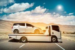 Holownicza ciężarówka dostarcza uszkadzającego pojazd, słońca światła raca, Selecti obraz royalty free