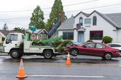 Holownicza ciężarówka usuwa samochód po wypadku ulicznego Obrazy Royalty Free