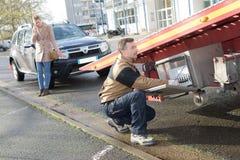 Holownicza ciężarówka w ulicie zdjęcie royalty free