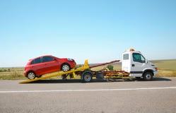 Holownicza ciężarówka z łamanym samochodem obraz royalty free