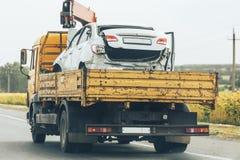 Holowniczej ciężarówki transport roztrzaskujący samochód po wypadku ulicznego Obrazy Royalty Free