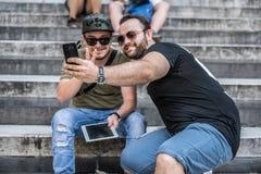 Holowniczy męscy przyjaciele bierze selfie Zdjęcia Stock