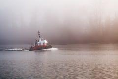Holownik łódź na mgłowym dniu Obraz Royalty Free