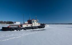 Holownik łódź przy zima dokiem Obrazy Stock