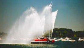Holownik łódź rozpyla wodnego kanonu Fotografia Royalty Free