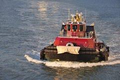 Holownik łódź w Miasto Nowy Jork porcie fotografia royalty free