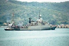 Holownik łódź wspiera HTMS Rattankosin marynarki wojennej Królewską Tajlandzką korwetę zdjęcie royalty free