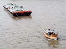 Holownik łodzi usługa na CHAO PHRAYA rzeczny BANGKOK, TAJLANDIA ciągnie ciężkiego spławowego zbiornika Zdjęcie Royalty Free