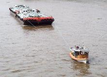 Holownik łodzi usługa na CHAO PHRAYA rzeczny BANGKOK, TAJLANDIA ciągnie ciężkiego spławowego zbiornika Fotografia Royalty Free
