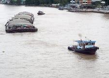 Holownik łodzi usługa na CHAO PHRAYA rzeczny BANGKOK, TAJLANDIA ciągnie ciężkiego spławowego zbiornika Obraz Royalty Free