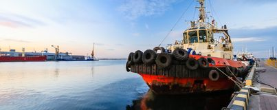 holownik jest przy molem w porcie morskim zdjęcia royalty free