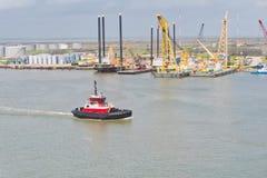 Holownik wieże wiertnicze przy portem i łódź obrazy royalty free