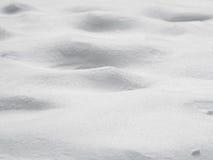 Holperiger Hügelschnee-Oberflächenhintergrund, flache Schärfentiefe Stockfotografie