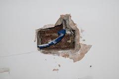Holte in binnenlandse muur die elektrodraden tonen Royalty-vrije Stock Foto