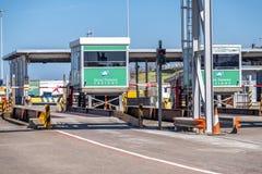 Holyhead, Wales - April 30 2018: De grenscontrole is klaar voor passagiers stock afbeeldingen