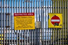 Holyhead Walia, Kwiecień, - 30 2018: Szyldowy ostrzeżenie ograniczony obszar graniczny obraz stock