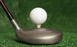 Holz 5, das vor abgezweigt herauf Golfball sitzt Lizenzfreies Stockfoto
