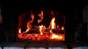Holz-Brennen im russischen Ofen stock footage