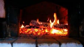 Holz-Brennen im russischen Ofen stock video