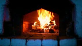 Holz-Brennen im russischen Ofen stock video footage