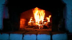 Holz-Brennen im russischen Ofen lizenzfreie stockfotografie