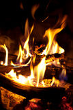Holz, das in einem Feuer brennt Lizenzfreie Stockfotografie