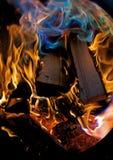 Holz, das im Feuer brennt Stockbild