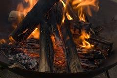 Holz, das im Feuer brennt Stockfoto