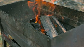 Holz, das im Grill brennt stock video footage