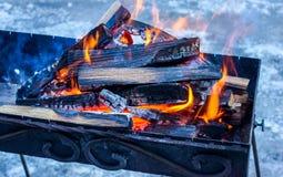 Holz, das im Messingarbeiter brennt Vorbereitung für das Kochen des Grills Stockfotografie