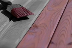 Holz, das mit einem Malerpinsel befleckt wird stockfotos
