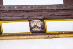 Holz, das an mit lustigen Gesichtern schnitzt Stockfotografie
