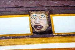Holz, das an mit lustigen Gesichtern schnitzt Lizenzfreies Stockbild