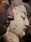 Holz, das Statuen schnitzt Stockbild