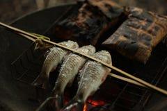 Holz gegrillte Fische Stockbilder