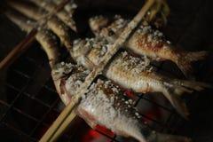 Holz gegrillte Fische mit Gabel Lizenzfreie Stockbilder
