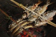 Holz gegrillte Fische mit Gabel Lizenzfreie Stockfotos