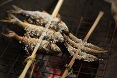 Holz gegrillte Fische mit Gabel Stockfoto