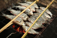 Holz gegrillte Fische mit Gabel Stockfotos