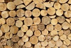 Holz gehacktes Brennholz gestapelt auf dem Stapel Stockbild