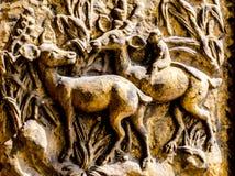 Holz geschnitzte Rotwild und Affe am Fenster Lizenzfreie Stockfotos